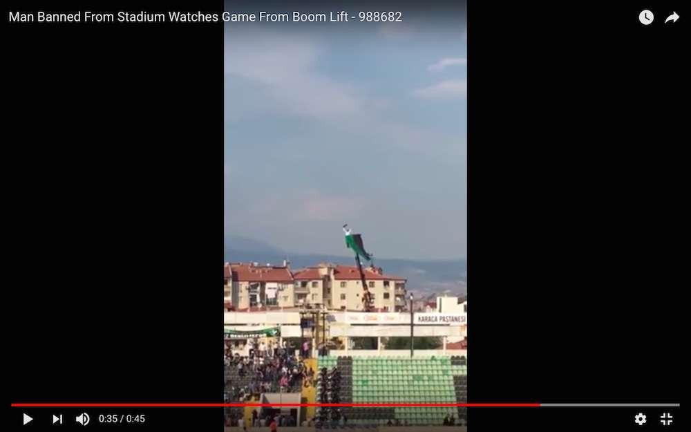 斜め上すぎ! スタジアムを出禁になったサッカーファンがクレーン車を借りて観戦する   ロケットニュース24