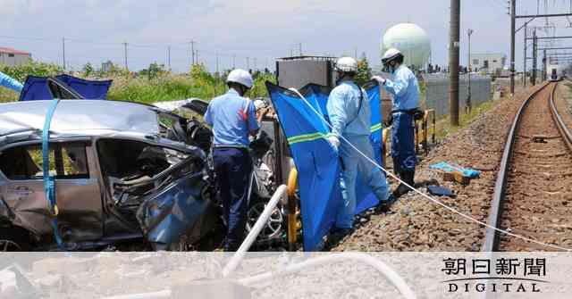 JR高崎線の踏切で特急と車衝突 男性が死亡:朝日新聞デジタル