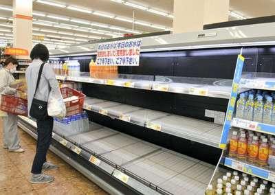 大阪震度6弱:「水、食料を」買い物客殺到 品切れ相次ぐ