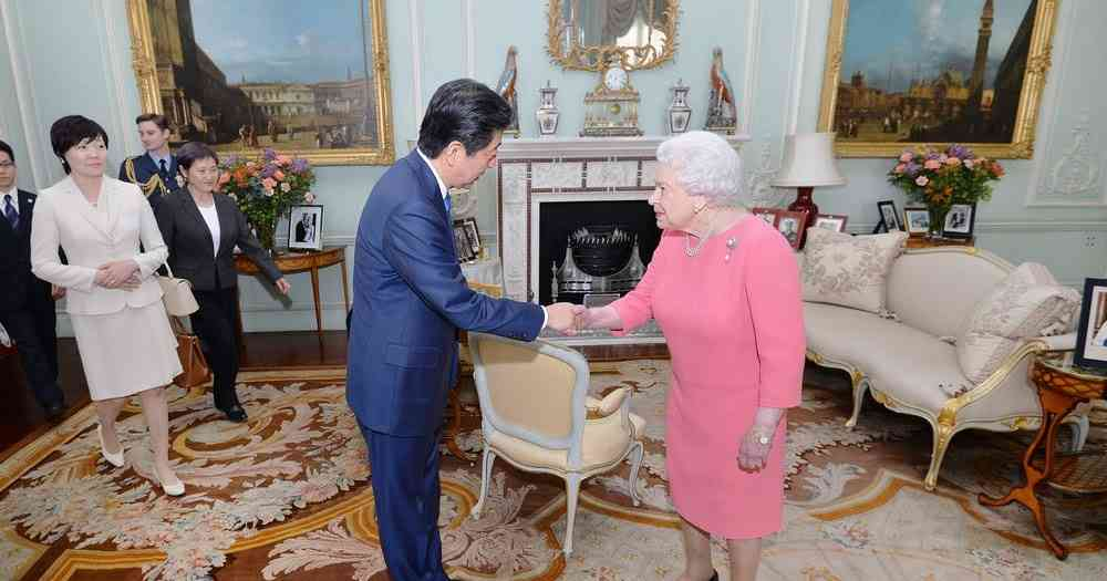 Newmyroyals & Hollywood Fashion: Queen Elizabeth receives the Japanese Prime Minister Shinzo Abe