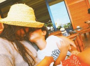 スザンヌ、「まるで恋人みたい」ラブラブ親子写真に称賛コメント相次ぐ(1ページ目) - デイリーニュースオンライン