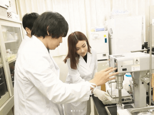 平子理沙、「白衣姿もセクシー!」化粧品ブランド設立でレアな姿が話題に(1ページ目) - デイリーニュースオンライン