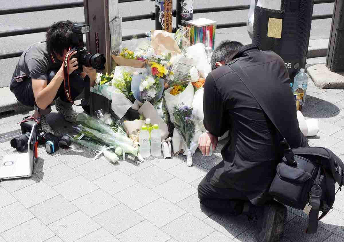 秋葉原の献花台前にマスコミ座り込み批難殺到 堂々と写真撮影する姿も