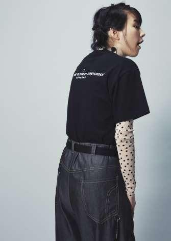 のん「NO COFFEE」新作コラボTシャツのモデルに ポップ&クールな表情披露