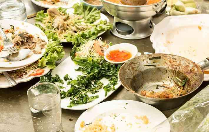 ビュッフェに殺到する中国人観光客 大量の食べ残しに唖然…  –  grape [グレイプ]