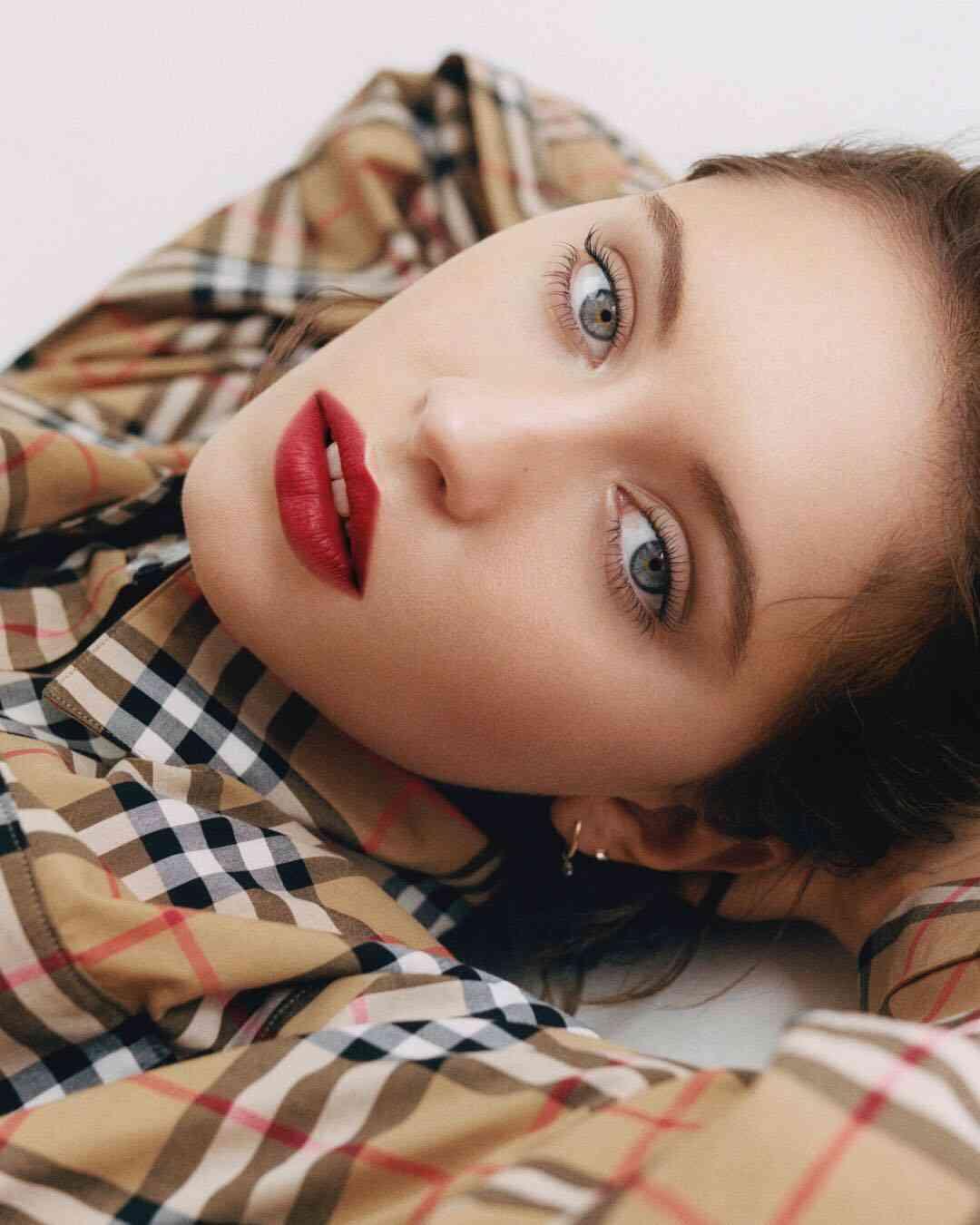 Iris LawさんはInstagramを利用しています:「Thank you @burberry mwah #Burberrybeauty #lipvelvetcrush」