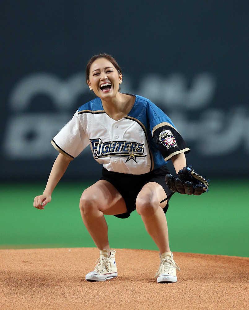 天然?Chay 始球式でなぜか二塁方向へ…赤面「緊張して。ガチです」― スポニチ Sponichi Annex 野球