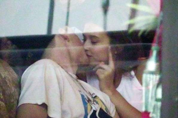 ブルックリン・ベッカム、『プレイボーイ』モデルと熱烈キス!クロエ・モレッツと破局