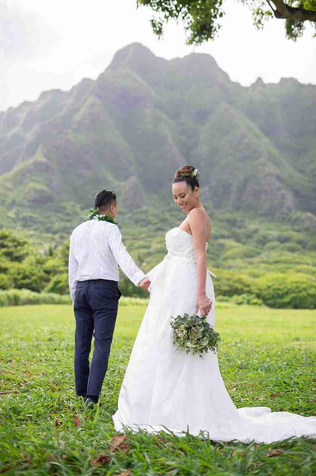 道端アンジェリカ、ハワイで挙式 夫との手つなぎショット&ふっくらお腹のドレス姿公開