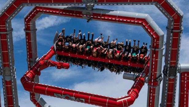 絶叫と絶望が交差する、アメリカの遊園地シックス・フラッグスが3つの回転軸を持つ「サイボーグ・サイバースピン」を新設 : カラパイア