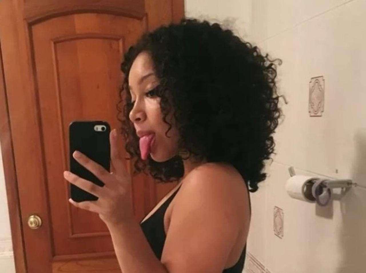 ある女性がバスルームで撮ったセルフィーの「おかしい部分」にツッコミ殺到 - FRONTROW