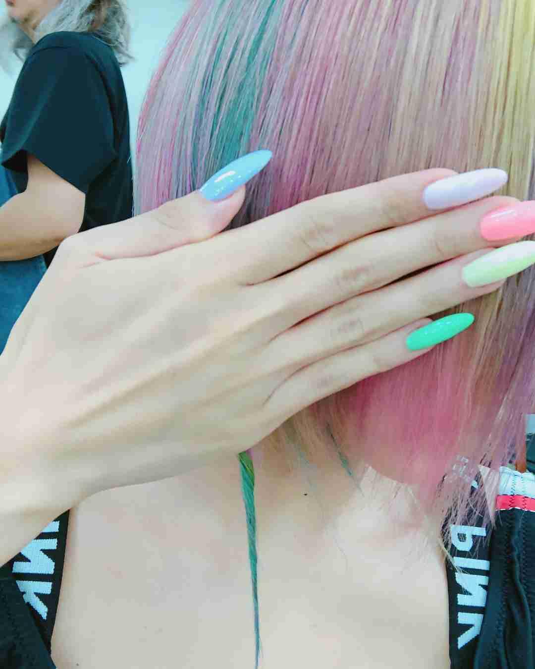 """倖田來未、""""ド派手""""ユニコーンカラーにヘアチェンジ「可愛すぎる」「お菓子みたい」の声"""