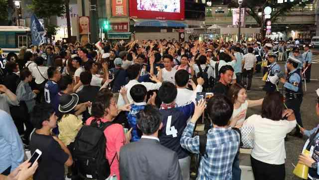 大混乱!救急車にも道空けず…日本代表の歴史的勝利に渋谷スクランブル交差点(スポーツ報知) - Yahoo!ニュース