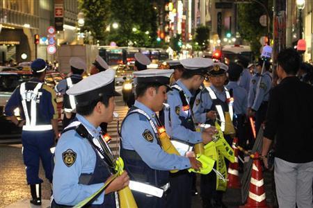 警官のメガホン強奪、上半身裸のフーリガン…警官も声荒げた 渋谷スクランブル大騒乱(夕刊フジ) - Yahoo!ニュース