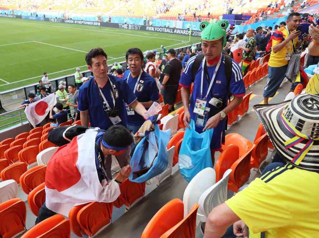 各国で日本人サポーターのゴミ拾いに賛否「現地の仕事を奪う」VS「見習うべき」  〈週刊朝日〉|AERA dot. (アエラドット)