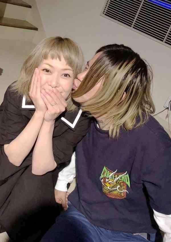 松嶋尚美 夫とアツアツなキス写真公開…結婚10周年祝う