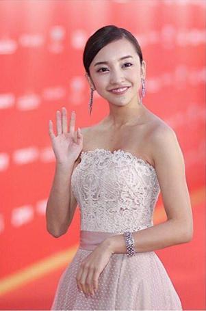 【エンタがビタミン♪】板野友美、上海国際映画祭に出席 レッドカーペットで華やかなドレス姿を披露   Techinsight(テックインサイト) 海外セレブ、国内エンタメのオンリーワンをお届けするニュースサイト