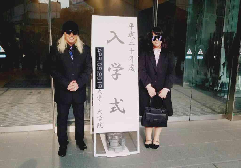 DJ KOO 金髪ロン毛&黒スーツで娘の大学入学式「会場ザワつく」