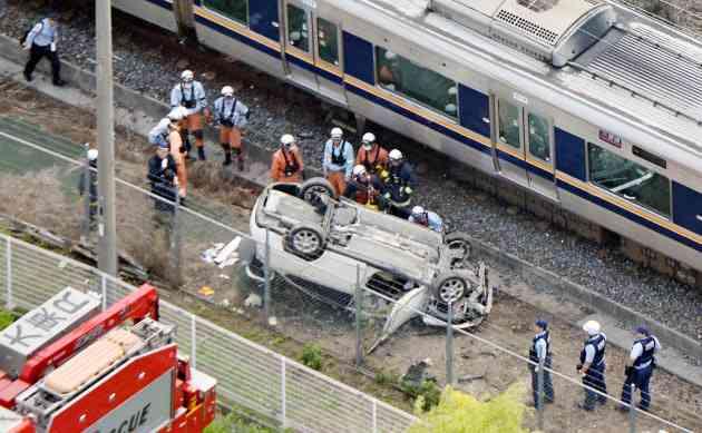 JR線路内で車と電車衝突 車の男性死亡、大阪・大東市
