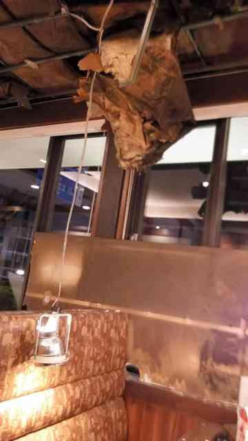 ロイヤルホストの天井が一部落下 下の席に客がいたが無事 埼玉