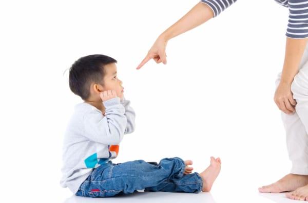 つらすぎる! 「人前で子供を叱ったとき」に周囲にされた最悪行動3選