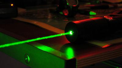 中国が800メートル先のターゲットを燃やすことが可能な携帯型レーザー銃の開発に成功 - GIGAZINE