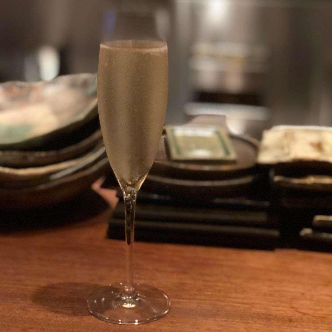 上田 まりえさんはInstagramを利用しています:「うまくいっていないことが多すぎて、泣きながら街を彷徨いました。泣き止んだ頃には笑顔が戻り、歩き疲れてお腹もグー。日付は変わっていたけれど、美味しいものをちょっとだけ食べながら、シャンパンを一杯。…」