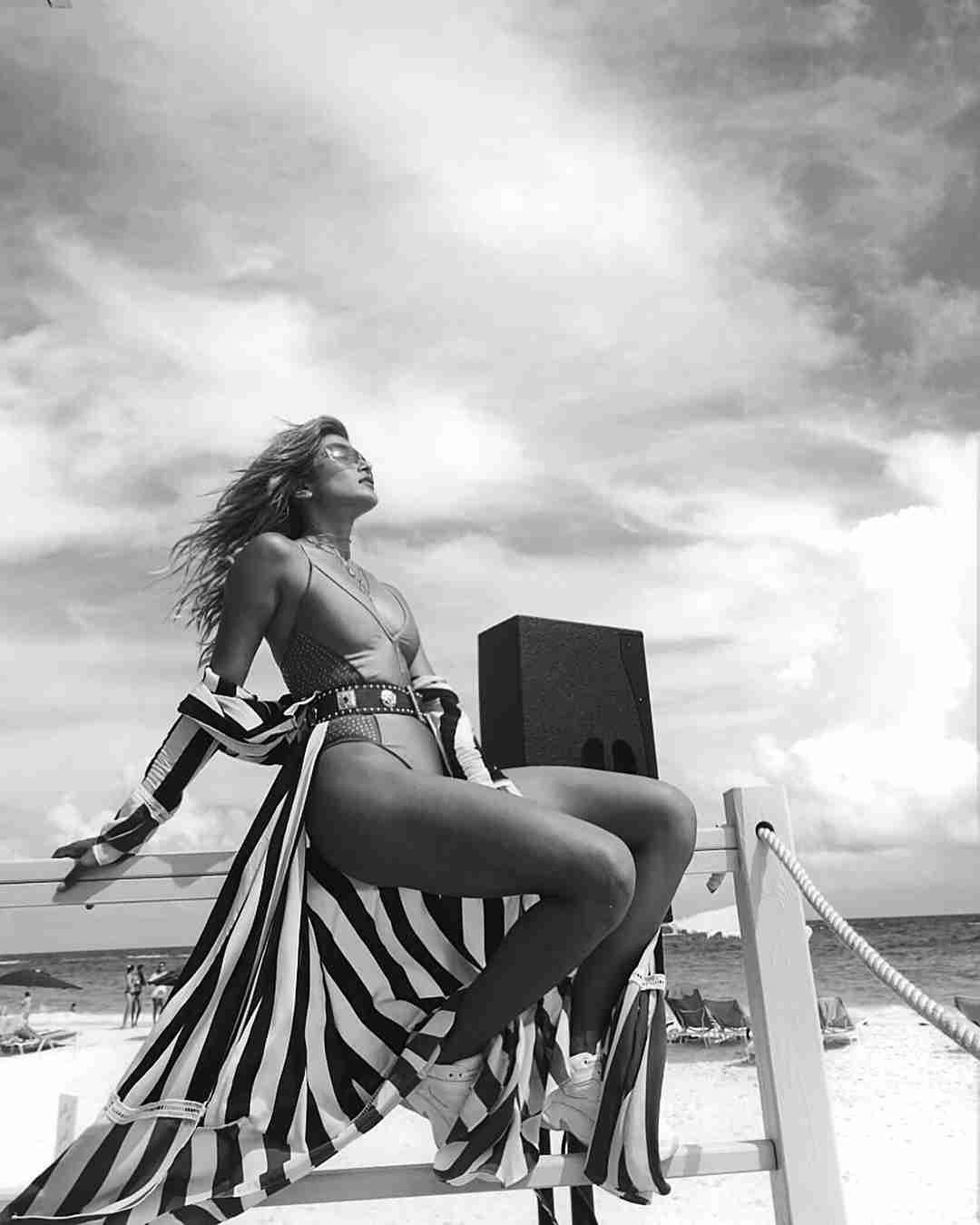 ローラ、水着ショットで美ボディあらわ「無駄な肉がない」「筋肉の付き方がすごい」