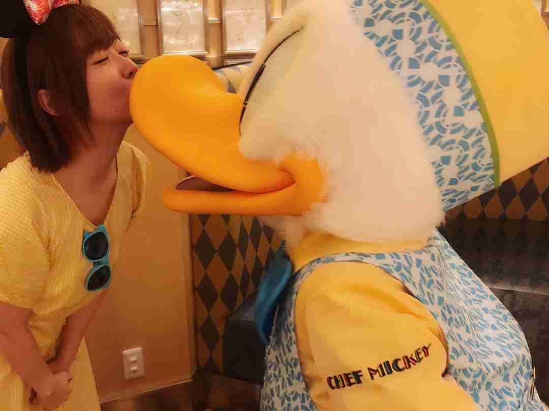 指原莉乃がディズニーでドナルドと写メ会? キス写真にファン爆笑