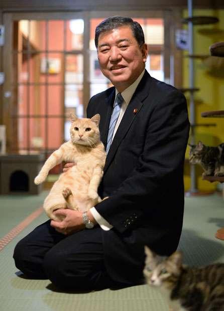 石破茂氏がアップした「ネコ写真」の波紋 「ありえない抱き方だ」との指摘も