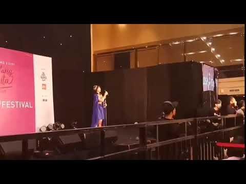 Member JKT48 Marah!!! Kinal Dilempar sepatu oleh haters ketika manggung. - YouTube