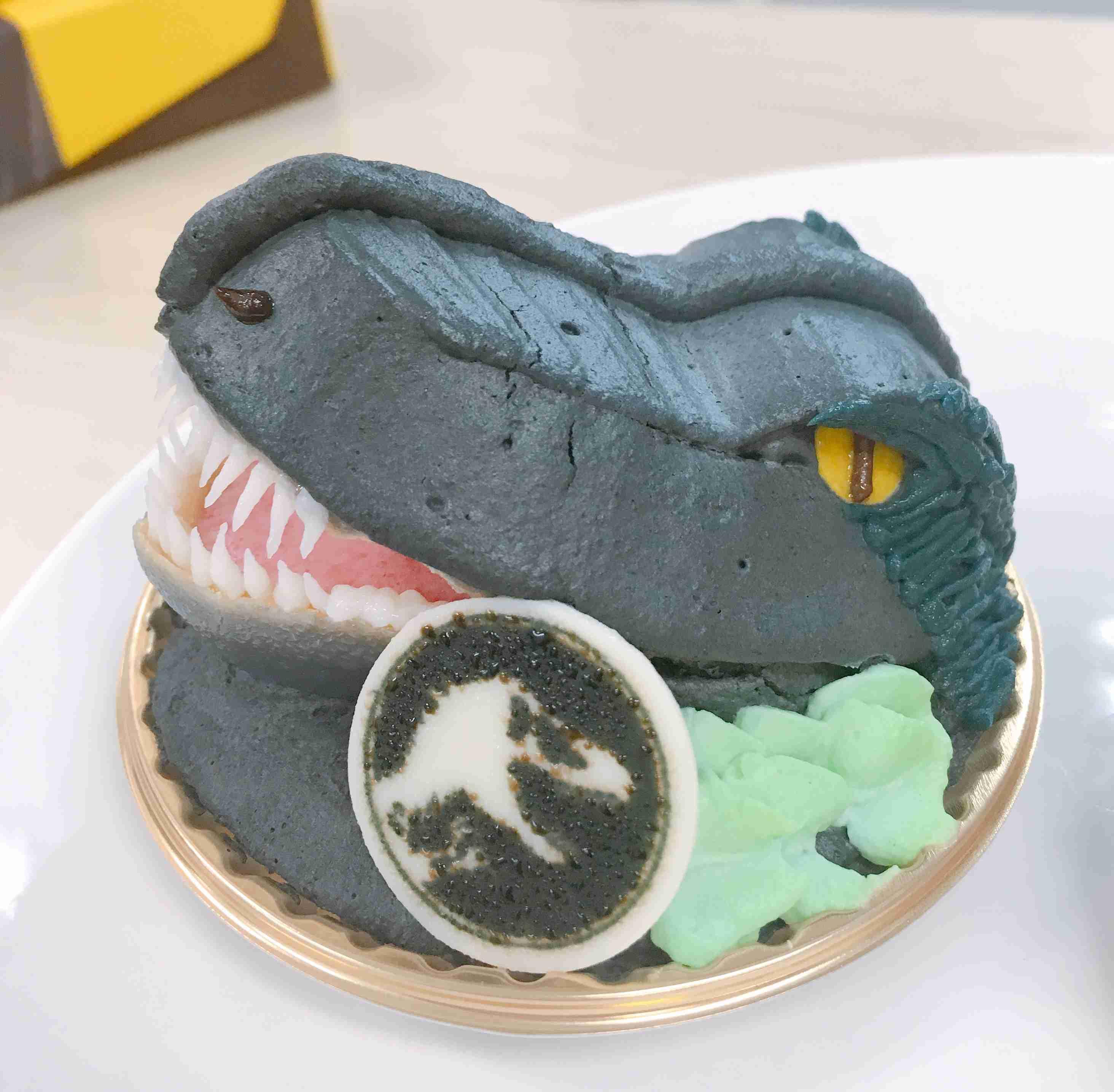 映画『ジュラシック・ワールド』のコラボカフェで売っている「恐竜ケーキ」が想像以上に恐竜だった!