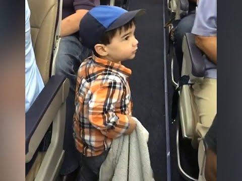 機内の大人たちをメロメロにした2歳児 - YouTube