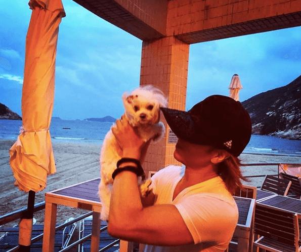 YOSHIKI、愛犬を抱える筋肉ムキムキな二の腕写真に驚きの声「こんな腕してたの!?」|E-TALENTBANK co.,ltd.