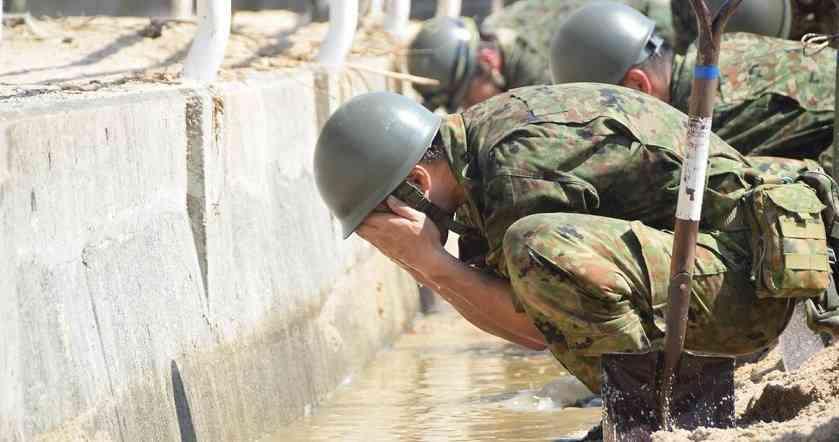 泥水で顔を洗う自衛隊員「被災者に水を優先しているんです…」 | netgeek