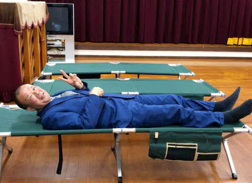 避難所用の簡易ベッドでピース 豪雨で被災した笠岡市の市長に物議