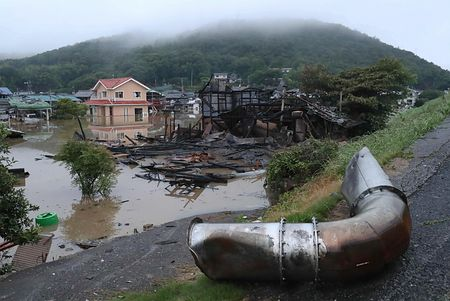避難所用の簡易ベッドでピース 豪雨で被災した笠岡市の市長に物議 - ライブドアニュース