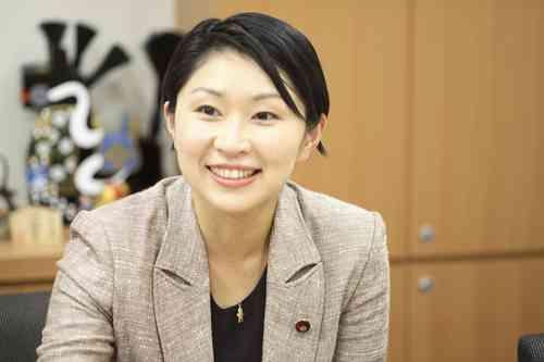 小渕優子、4年ぶりに政治資金パーティー開催 お土産「QUOカード」に呆れ顔