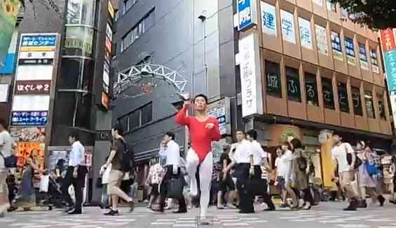あのレオタード男がアンパンマーチを町のど真ん中で踊りだす動画がヤバイwww