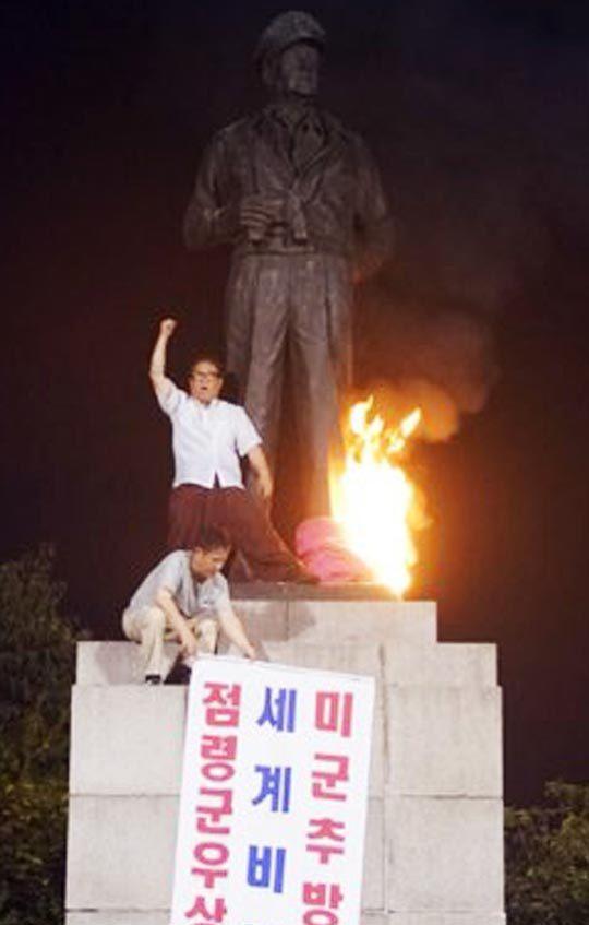 (朝鮮日報日本語版) 韓国左派団体メンバーら、マッカーサー像に放火 /仁川(朝鮮日報日本語版) - Yahoo!ニュース