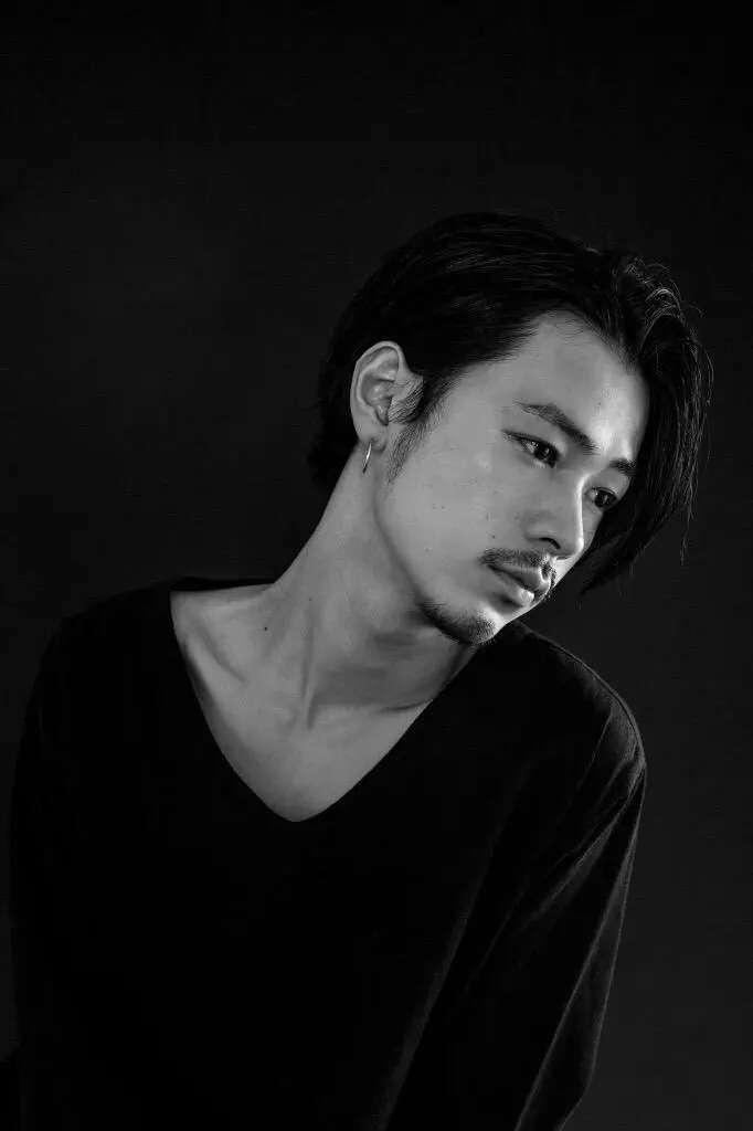 成田凌、金髪イケメン兄との2ショット写真に「そっくりすぎ!」「兄弟そろってかっこよすぎ」の声