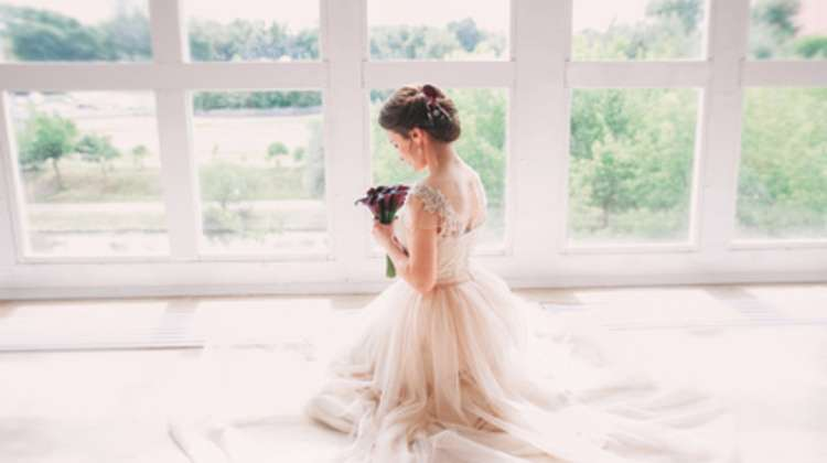 貧乳・胸小さい花嫁のためのウェディングドレス選びと着こなし方!|DIAER [ディアー]
