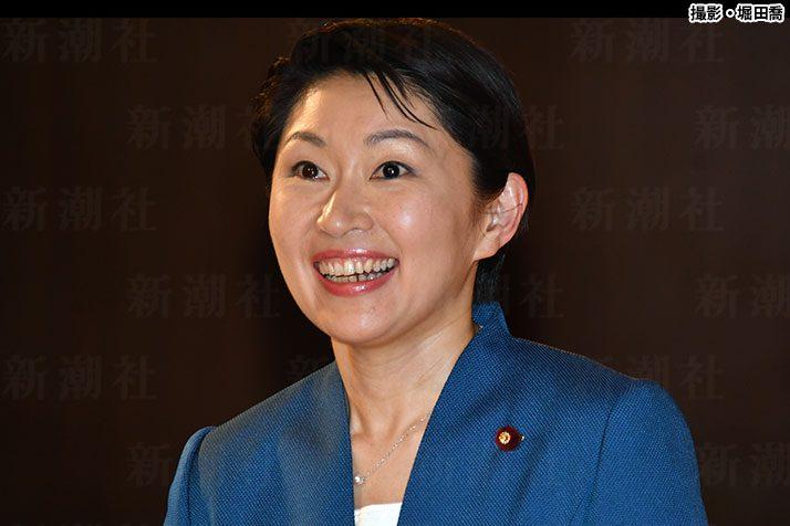 小渕優子、4年ぶりにパーティー開催 お土産「QUOカード」に呆れ顔   デイリー新潮