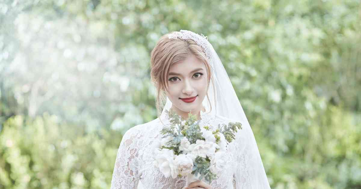 ローラ、純白ウエディングドレスで誓いのキス!台本ナシのライブ演出CMに照れ笑い - シネマトゥデイ