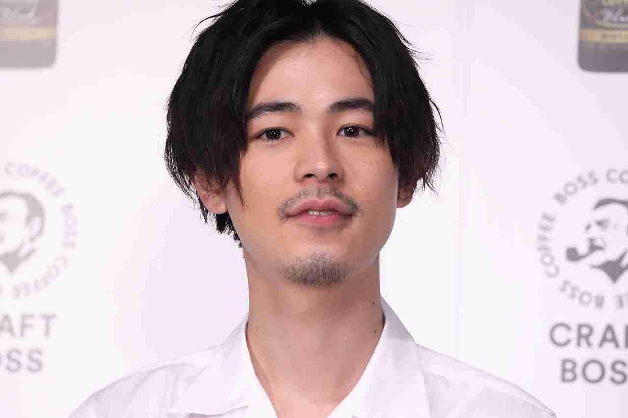成田凌、金髪イケメン兄との2ショット写真に「そっくりすぎ!」「兄弟そろってかっこよすぎ」の声   AbemaTIMES