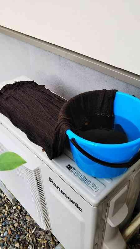バケツの水にタオルの端を浸して広げるだけ エアコン室外機の冷却アイデアに反響|BIGLOBEニュース