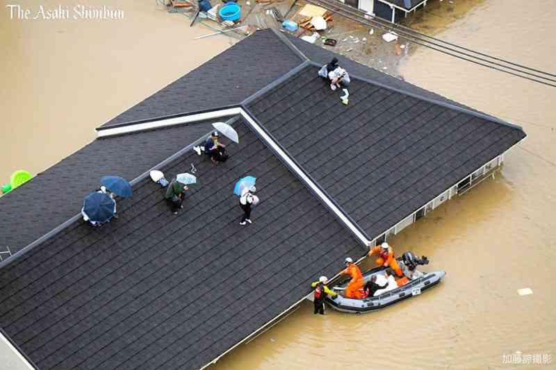 岡山・倉敷市真備町で堤防が決壊 救助求める住民相次ぐ...ヘリから見た状況は