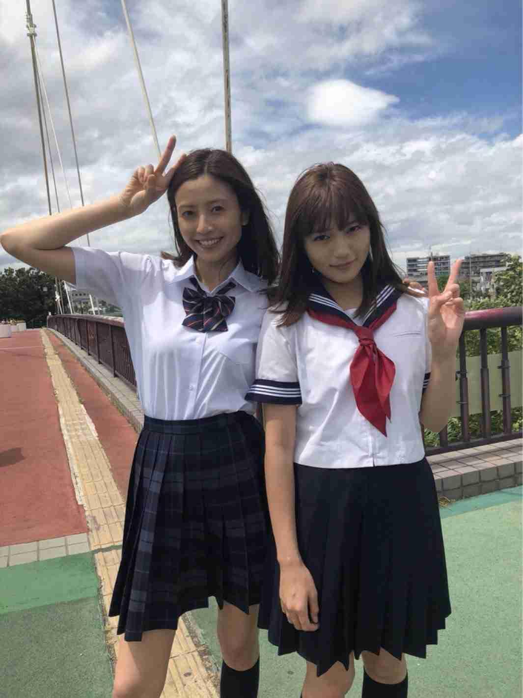 川口春奈&片瀬那奈、制服姿で美脚披露 姉妹役で共演<ヒモメン>