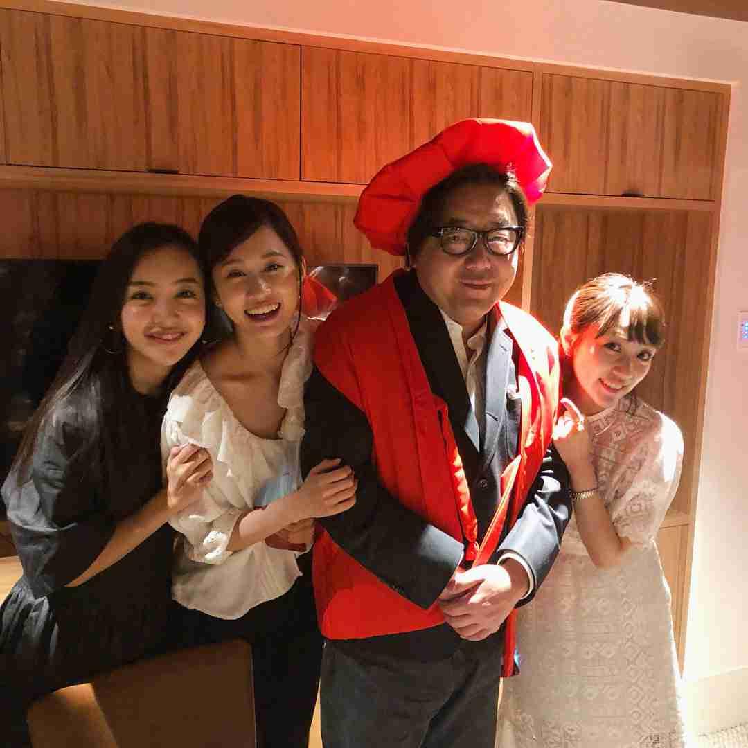 """板野友美、妹・成美と""""双子コーデ""""でディズニーデート「美人姉妹」「そっくり」"""