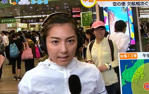 【画像】新宿駅南口の中継でピンクの帽子の人が必死に映り込もうとしていると話題にwwwwww : でっちでち速報